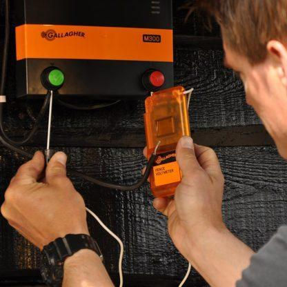 — 015033 — Gallagher Informeert u exact over de conditie van uw afrastering. Meet het voltage op de elektrische afrastering. Werkt gedurende 6 tot 12 maanden op één 9V batterij. Het meetbereik ligt tussen 100V en 12kV. —