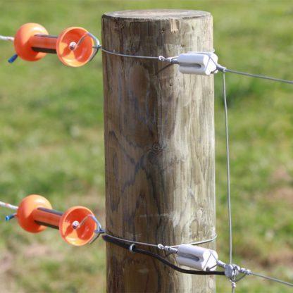 — 015139 — Gallagher Porseleinen isolator voor houten hoekpalen. Geschikt voor draad. Bevestiging aan een begin- of eindpaal. 015139 —