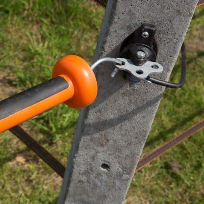 — 021451 — Gallagher Voor het inhaken van een poortgreep. Geschikt om te gebruiken als poortgreepanker in een afrasteringskruispunt met 3 doorgangen. Inclusief gegalvaniseerd verbindingsplaatje. 021451 —