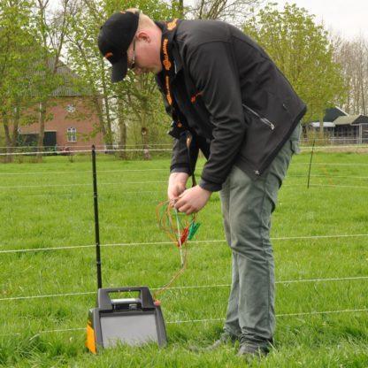 — 031023 — Gallagher Een goede aarding is van zeer groot belang voor een goede werking van zowel lichtnet- alsook batterij- en accu-apparaten. Met de extra aardpen (lengte 0,5m) + 3m kabel kan elk batterij-apparaat afdoende geaard worden. 031023 — Gallagher