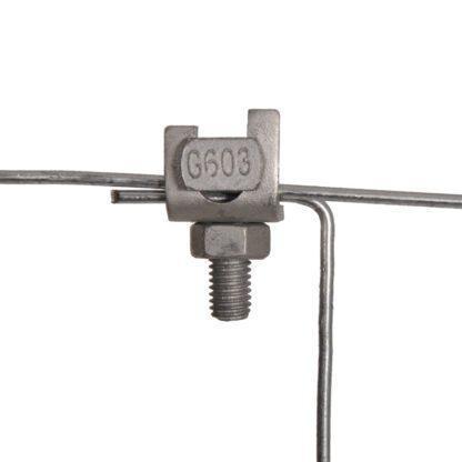 — 060498 — Gallagher Goede verbindingen in een elektrische afrastering zijn uitermate belangrijk. Het gewoon om elkaar draaien van draad zorgt voor veel storingen en dus problemen. Gebruik daarom draadklemmen die een goede verbinding waarborgen, waardoor contactstoringen minder vaak zullen optreden. De gebogen draadklem is geschikt voor draad en cord. 060498 — Gallagher