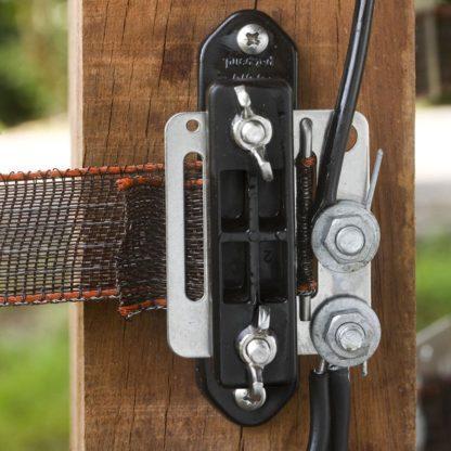 — 062712 — Gallagher Dubbel geïsoleerde aanvoerkabel om het schrikdraadapparaat te verbinden met de afrastering en om (ondergrondse) verbindingen te maken (bijv. poorten). Door de kern van 2,5mm gegalvaniseerd draad tevens geschikt voor afstanden langer dan 30m. 062712 — Gallagher