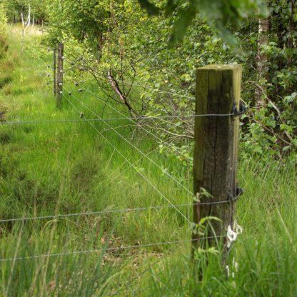 — 067612 — Gallagher Een zeer sterke isolator voor houten palen. Geschikt voor cord en permanentkabel. 067612 — Gallagher