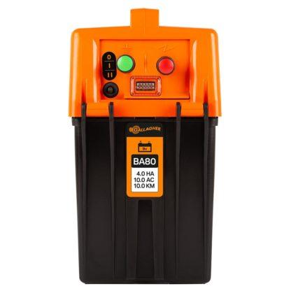 60 L drum Kroon olie Armado Synth LSP Ultra 5W-30 — 356358 — Gallagher De BA80 is het krachtigste batterijapparaat uit de BA serie en ik geschikt voor afrasteringen tot 10 km. Het apparaat is eenvoudig te verplaatsen en aan te sluiten. DIt schrikdraadapparaat heeft 2 verschillende standen. Op stand 1 geeft het apparaat een standaard pulse, met maximale Joules. Bij stand 2 geeft het apparaat 1 pulse van 100% opgevolgd door 3 pulsen van 50%. Hierdoor gaat de batterij extra lang mee en ben je toch verzekerd van voldoende kracht op de afrastering. Een rode LED geeft aan als de 9 V batterij aan vervanging toe is. Het apparaat is voorzien van een interne bliksembeveiliging en wordt geleverd inclusief aansluitkabel set. Exclusief batterij. 356358 —