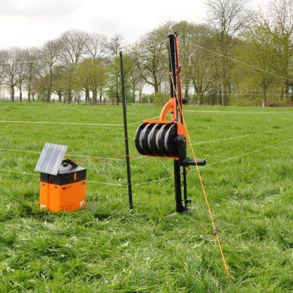 60 L drum Kroon olie Armado Synth LSP Ultra 5W-30 — 700007 — Gallagher Nu in één handomdraai een mobiele afrastering plaatsen. Met de SmartFence kunt u de afrastering binnen 5 minuten opbouwen en afbreken. Het is een alles in één systeem van palen, draad en haspels. De palen hebben een verstevigde voet waardoor ze gemakkelijk in de grond worden gezet. De afrastering is in elke gewenste vorm te plaatsen door de flexibel te plaatsen palen. Daarnaast zijn de draden in hoogte verstelbaar. 700007 —