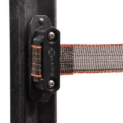 60 L drum Kroon olie Armado Synth LSP Ultra 5W-30 — 701028 — Gallagher Deze innovatieve en robuuste hoekisolator heeft talloze voordelen ten opzichte van de traditionele lint-isolatoren zoals: Een uniek subframe voor optimale stevigheid en bevestiging aan de paal. Meegegoten rubbers voor optimale grip op het lint. Te bevestigen met 1 maat schroefbit. Unieke lip voor het spannen en herspannen van het lint. Het apart verkrijgbaar tussenplaatje (art.nr. 708027) is te gebruiken als verbinder en poortgreepanker. 701028 —