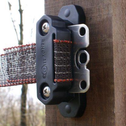 60 L drum Kroon olie Armado Synth LSP Ultra 5W-30 — 701042 — Gallagher Deze innovatieve en robuuste hoekisolator heeft talloze voordelen ten opzichte van de traditionele lint-isolatoren zoals: Een uniek subframe voor optimale stevigheid en bevestiging aan de paal. Meegegoten rubbers voor optimale grip op het lint. Te bevestigen met 1 maat schroefbit. Unieke lip voor het spannen en herspannen van het lint. Het apart verkrijgbaar tussenplaatje (art.nr. 708027) is te gebruiken als verbinder en poortgreepanker. 701042 —