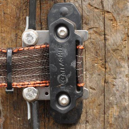 60 L drum Kroon olie Armado Synth LSP Ultra 5W-30 — 708027 — Gallagher Verbindingsplaatje voor de Turbo paarden hoeklintisolatoren. Combinatie van lintverbinder, doorverbinder en poortgreepanker. Anker kan 90 graden gedraaid worden voor extra gebruiksgemak. 708027 —